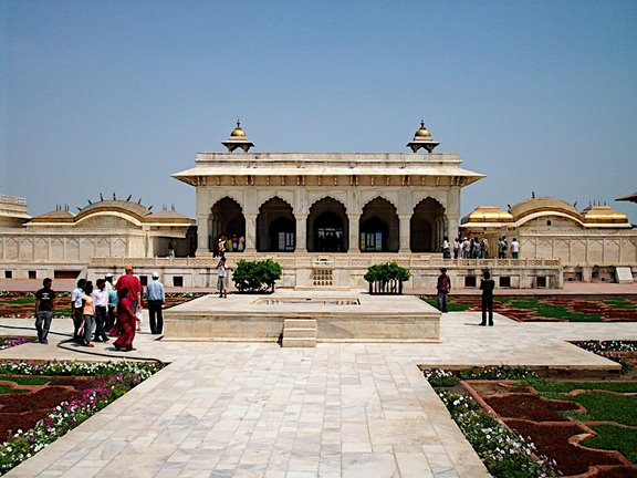 Am or Hall of Public Audience was the place where the emperors Akbar